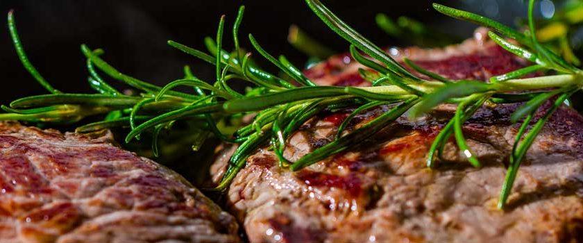 Hogyan lehet szaftos hússzeletet sütni?